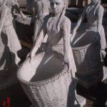 Çöp Sepetli Kız Heykeli